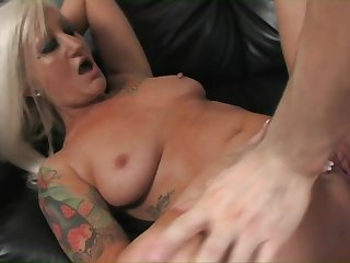 Milf gets on her hands and knees be useful to abyss anal sex
