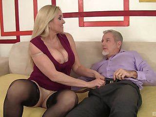 Busty mature lady Carla Craves makes her first ever porn video