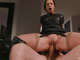 Kinky full-grown brunette in leather Teressa Bizarre gets a hardcore fuck